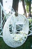 Vit korg med blommor Arkivfoton