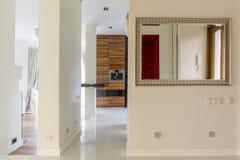 Vit korridor i huset royaltyfri bild