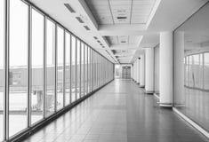 Vit korridor på flygplatsen - modern arkitektur arkivfoton