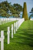 Vit korsar i den amerikanska kyrkogården, Omaha Beach, Normandie, franc arkivbilder