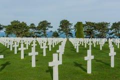 Vit korsar i den amerikanska kyrkogården, Omaha Beach, Normandie, franc royaltyfria foton