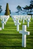 Vit korsar i den amerikanska kyrkogården, Omaha Beach, Normandie, franc royaltyfri fotografi