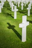 Vit korsar i den amerikanska kyrkogården, Omaha Beach, Normandie, franc arkivfoton
