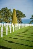 Vit korsar i den amerikanska kyrkogården, Omaha Beach, Normandie, franc royaltyfri bild