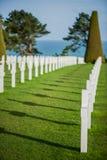 Vit korsar i den amerikanska kyrkogården, Omaha Beach, Normandie, franc arkivbild