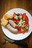Vit korv med ättiksgurkan, tomaten, löksallad och ny rulle Royaltyfri Foto