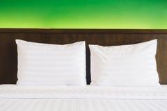 Vit kudde på säng arkivbild