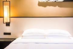 Vit kudde på säng royaltyfria foton
