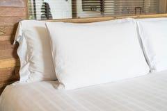 Vit kudde på säng royaltyfri fotografi
