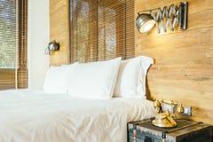 Vit kudde på säng i sovrum arkivfoton