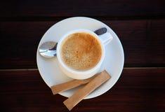 Vit kuper av nytt bryggat kaffe med socker royaltyfri foto