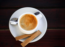 Vit kuper av nytt bryggat kaffe med socker arkivbild