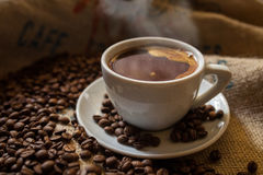 Vit kuper av svart kaffe Arkivbild