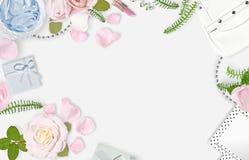 Vit kvinnlig bakgrund Lekmanna- lägenhet Rosa rosor, kronblad, spegel, gräsplansidor, gåva, påse placera text Varje gladlynt meni arkivfoton