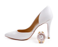 Vit kvinnlig sko med klockan Arkivbild