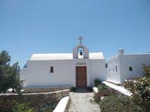 Vit kyrka och en blå himmel royaltyfri bild