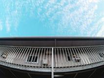 Vit lägenhet i blå himmel Fotografering för Bildbyråer