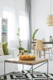 Vit lägenhet med den wood tabellen royaltyfria bilder