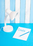Vit lampa på blå och vit bakgrund Arkivfoton