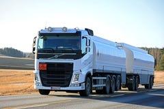 Vit lastbil för Volvo FH bränslebehållare på vägen Arkivbilder