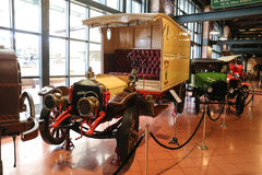 Vit lastbil i det Koc museet Arkivbild