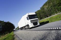 Vit lastbil på flyttningen. Arkivbilder