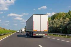 Vit lastbil på huvudvägvägen Industriellt trans.begrepp, export, import som är logistisk royaltyfri foto