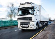 Vit lastbil - vägtransport Royaltyfria Foton