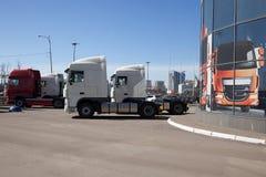 Vit lastbilställning i linje Fotografering för Bildbyråer