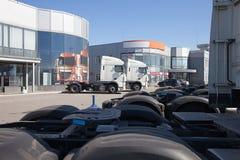 Vit lastbilställning i linje Arkivbilder