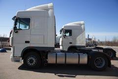 Vit lastbilställning i linje Royaltyfri Foto