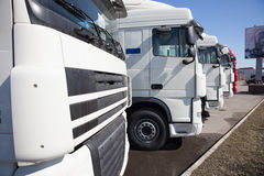 Vit lastbilställning i linje Arkivbild