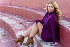Vit latino för nätt flicka med långt blont hår royaltyfria foton