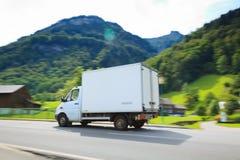 Vit leverans Van With Alps In Background Royaltyfri Foto