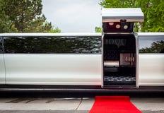 Vit limousine med att invitera den öppna dörren royaltyfri bild