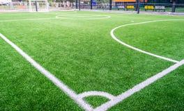Vit linje conner på fotbollfält arkivfoto