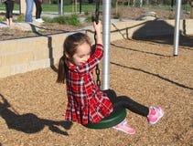 Vit linje för flickaridningvinande i parkera arkivbilder
