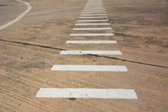 Vit linje på den konkreta vägen Royaltyfri Foto