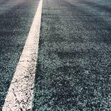 Vit linje på en väg arkivfoto