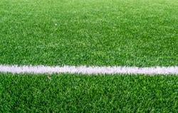 Vit linje på fotbollfält royaltyfri bild