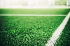 Vit linje på sportfält för grönt gräs royaltyfri fotografi