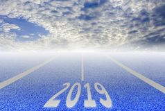 Vit linjer och löparbana, blå asfalt och frodig grön blå himmel för gräsmattor och, nytt år 2019 för int-nolla fotografering för bildbyråer