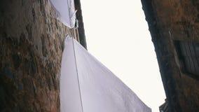 Vit linne som hänger på torken Se himlen mellan taken stock video