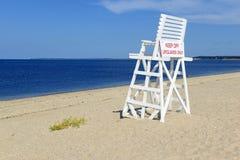 Vit livräddarestol på den tomma sandstranden med blå himmel Royaltyfria Foton