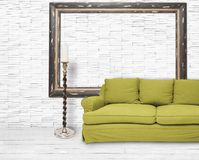 Vit lokal med den gröna sofaen Royaltyfri Fotografi