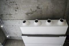 Vit luftkonditioneringsapparat i vindrum arkivfoto