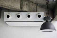 Vit luftkonditioneringsapparat i vindrum royaltyfri fotografi