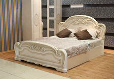 Vit lyxig säng Royaltyfri Fotografi