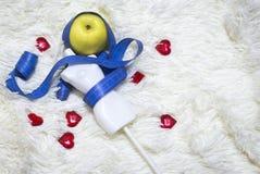 Vit mäta skyltdocka på midjan med blå måttband, på vit pälsbakgrund arkivfoto
