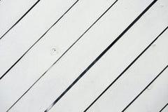 Vit målad träyttersida Lantliga naturliga trädiagonala plankor med sprickor, skrapor för modern design, modeller arkivbilder
